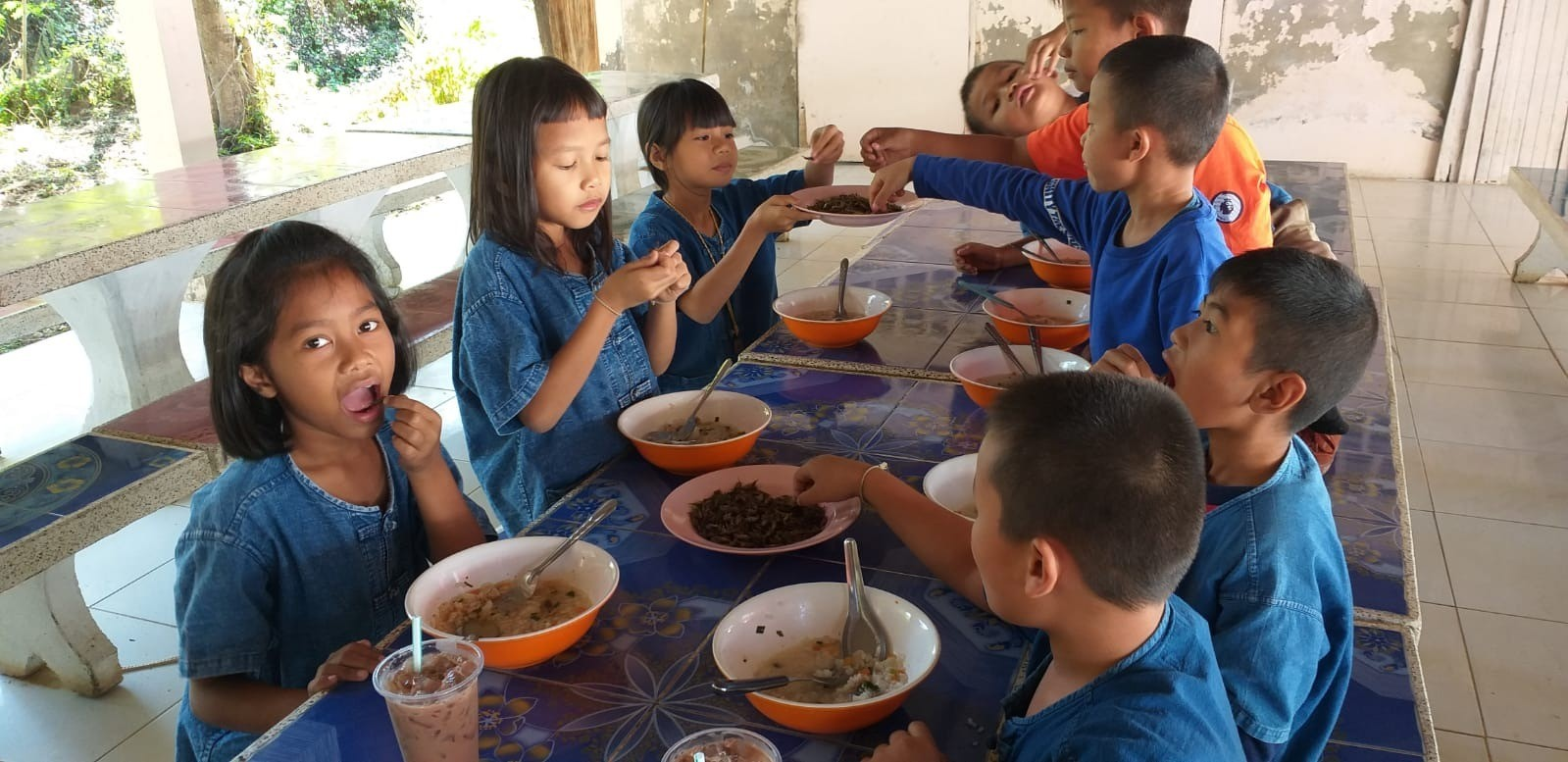 This image has an empty alt attribute; its file name is thailand-eating.jpg